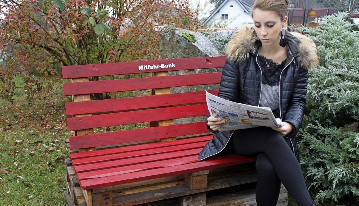Bürger aller Generationen, die eine Mi...nnen auf der Mitfahrbank Platz nehmen.    Foto: Cornelia Liebwein
