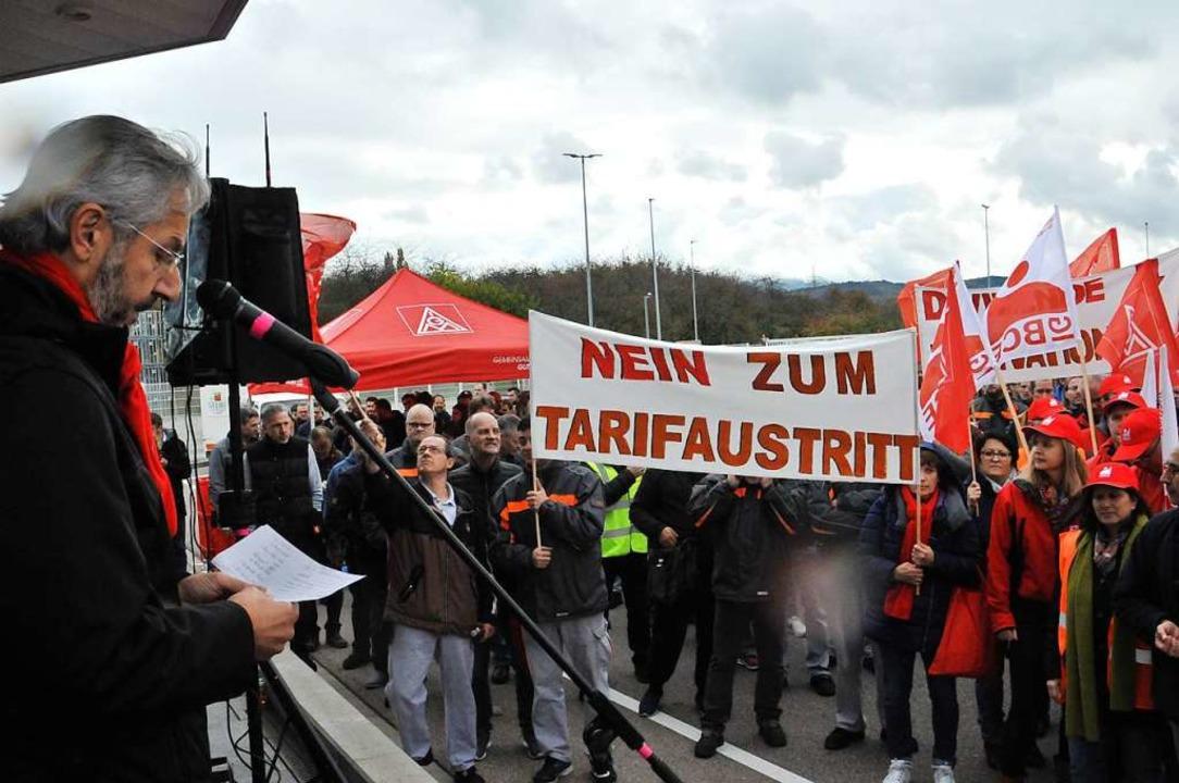 Ahmet Karademir (links) forderte den  Verbleib  im Flächentarifvertrag.  | Foto: Löhnig