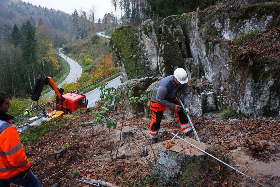 Die Felssicherungen an der L152 bei He...nker in die Felsformation eingebracht.  | Foto: Hans-Jürgen Sackmann