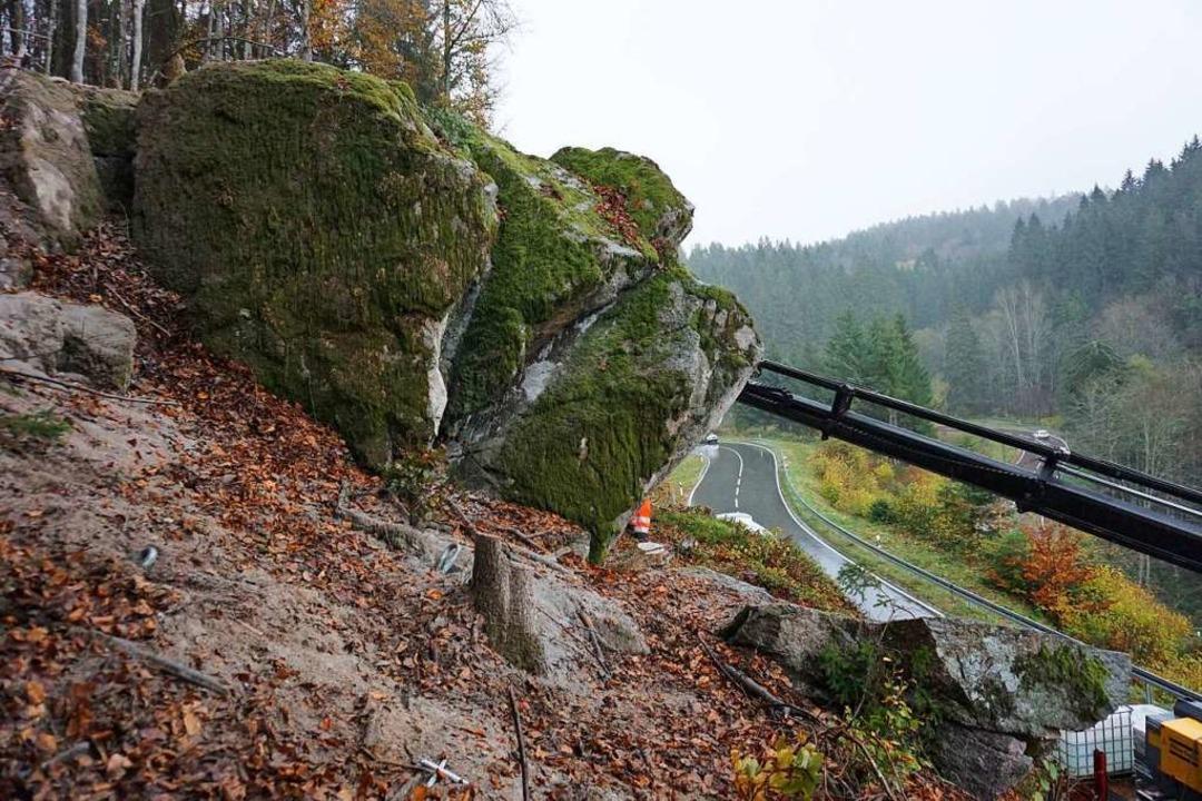 Der Fels des Anstoßes: Die Standsicher...prüft; eine Sicherung  wird empfohlen.  | Foto: Hans-Jürgen Sackmann