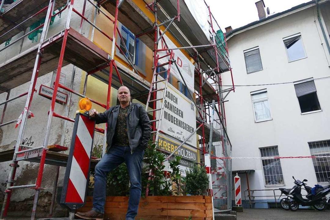 Robert Horvath vor den Häusern an der Teich- und Spitalstraße.    Foto: Peter Gerigk