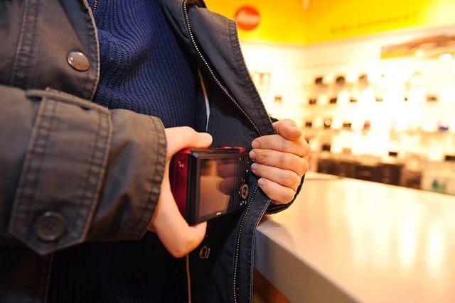 Ladendetektiv ertappt 28-Jährige in Lörrach mit zwei Parfumflaschen