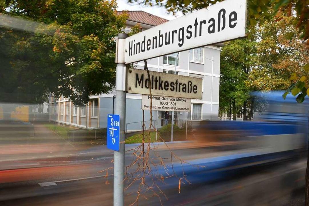 Das Hindenburgstraßenschild erhält einen Kommentartext.  | Foto: Helmut Seller
