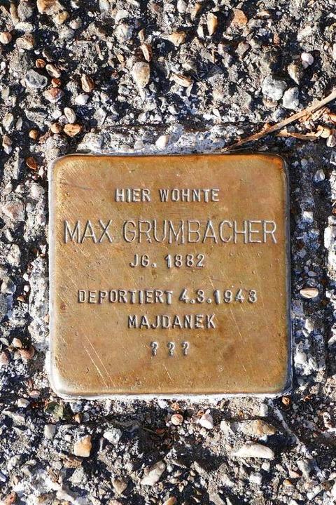 Montag werden die Minidenkmäler Stolpersteine geputzt.  | Foto: Ralf Burgmaier