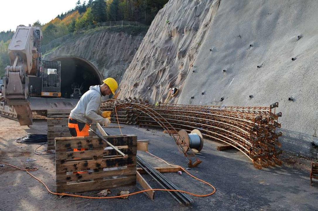 Ein Mitarbeiter bereitet die Spieße fü...en Teile der Tunnelaußenschale bilden.  | Foto: Nikolaus Bayer