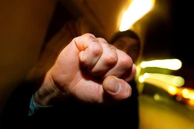 Taxifahrer und Fahrgast prügeln und treten aufeinander ein