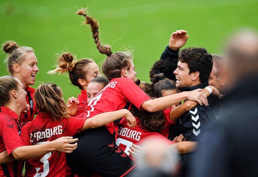 Viel Erfolg,  viel Spaß: die Spielerin... Freiburg II mit Trainer Malte Herbers  | Foto: Patrick Seeger