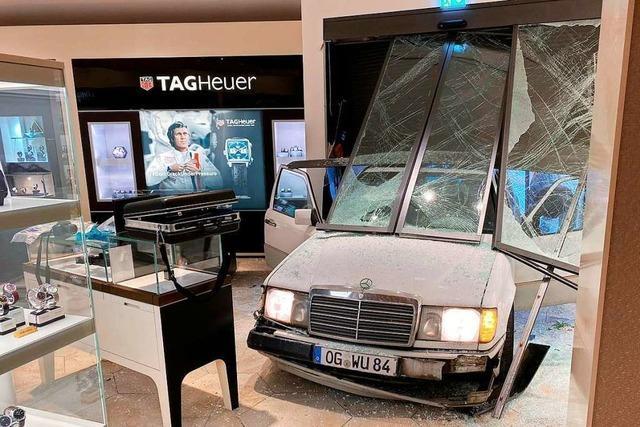 Einbrecher fahren mit Limousine durchs Schaufenster zur Beute