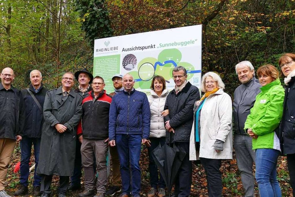 Die Partner iim IBA-Projekt Rheinuferweg extended vor der Tafel Sunnebuggele beim Projektstart. (Foto: Ingrid Böhm)