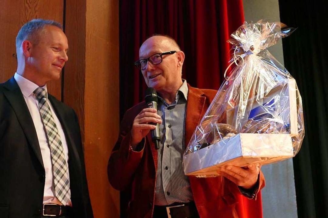 Süßes für Armin Hinterseh von seinem Stellvertreter Gustl Frey  | Foto: Peter Stellmach