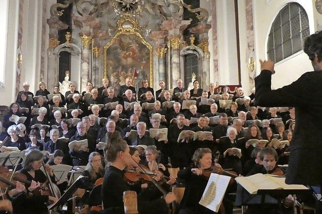 Aufführung einer geistlichen Messe mit Solisten und Orchester in der Festhalle