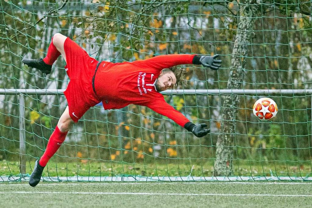 Manuel Werner fliegt wieder im Tor des FC Neustadt.  | Foto: Wolfgang Scheu