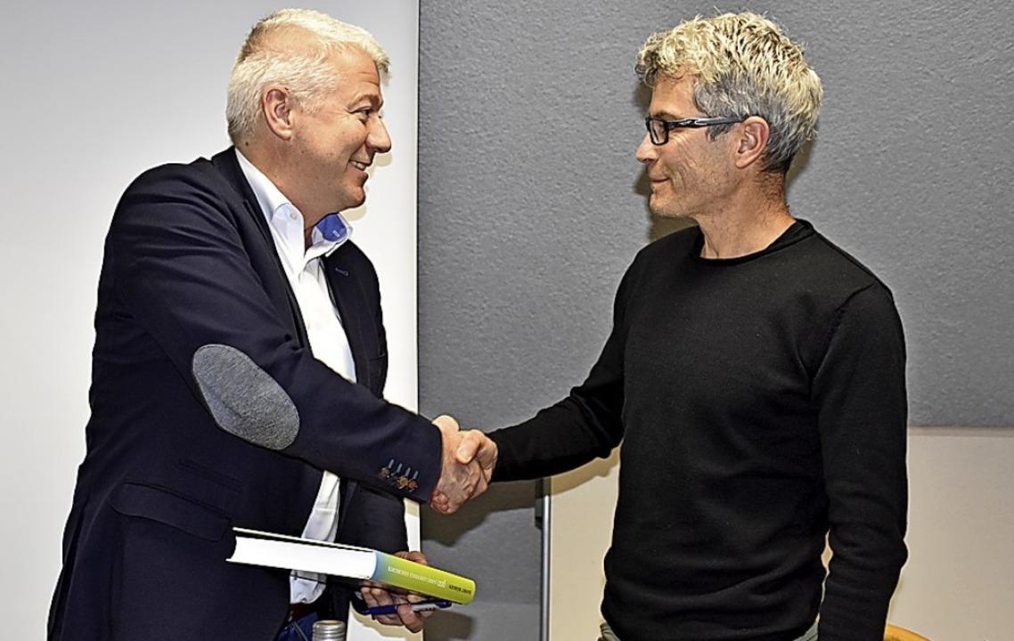 Bürgermeister Manfred Kreutz (links) d...  Revierförster Hans-Jörg Bockstaller.  | Foto: Thomas Biniossek