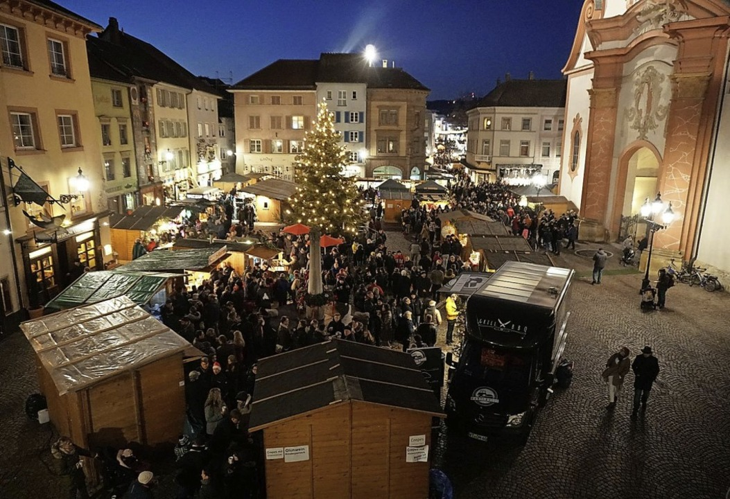 Der Weihnachtsmarkt in Bad Säckingen g... vorweihnachtlichem Glanz erstrahlen.     Foto: Amt für Tourismus und Kultur