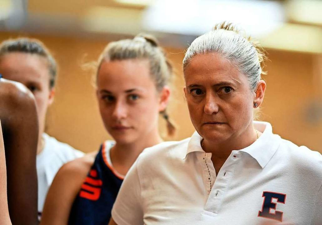 In ihrer Heimat Spanien ist Basketball...s, erklärt Trainerin Isabel Fernandez.  | Foto: Patrick Seeger