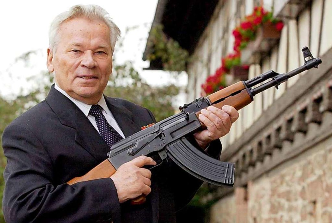 Michail  Kalaschnikow posiert mit einem seiner Sturmgewehre.  | Foto: Stefan Thomas (dpa)