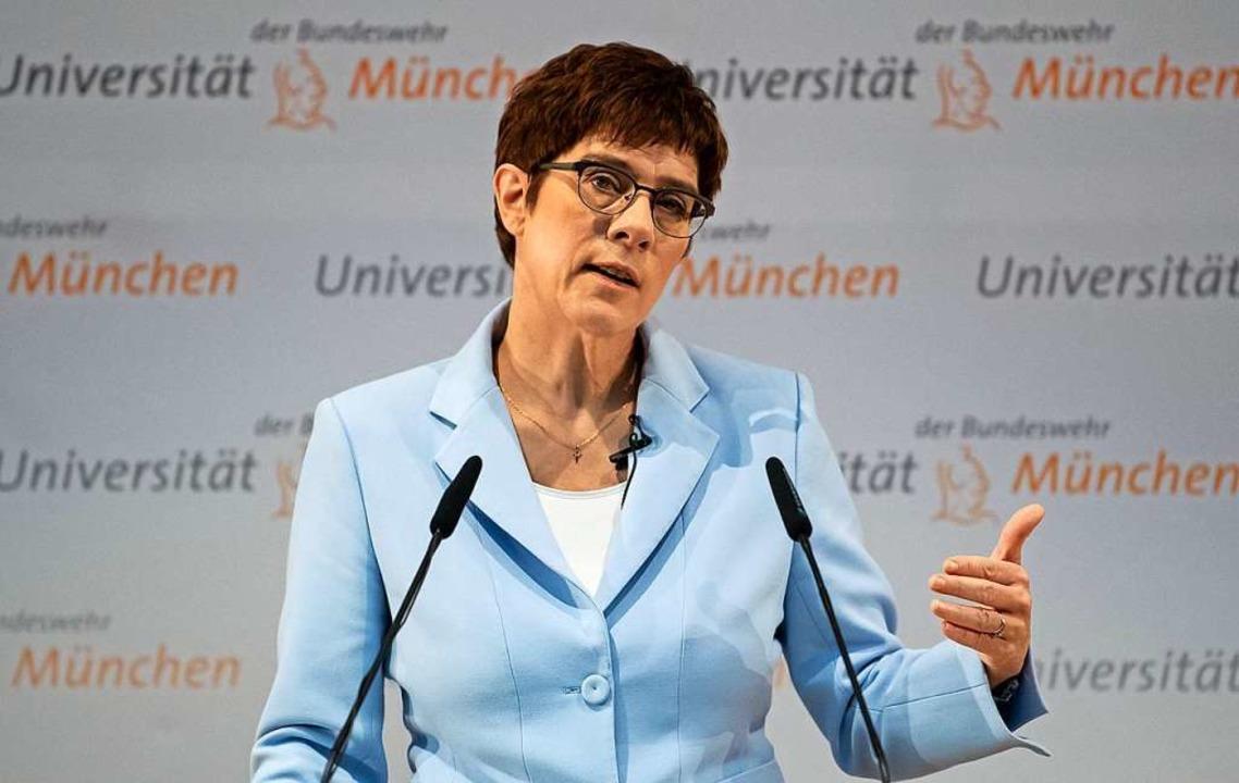 Annegret Kramp-Karrenbauer (CDU), Bund...ten an der Universität der Bundeswehr.  | Foto: Sven Hoppe (dpa)
