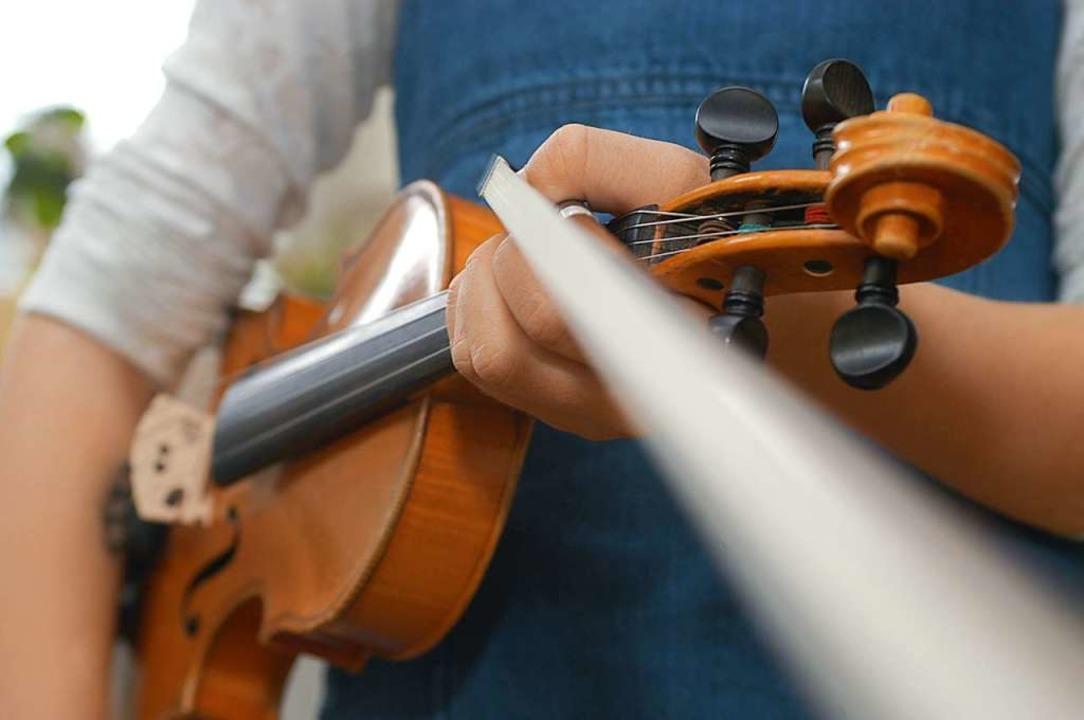 Auch Geige können die Kinder lernen (Symbolbild).  | Foto: Ingo Schneider