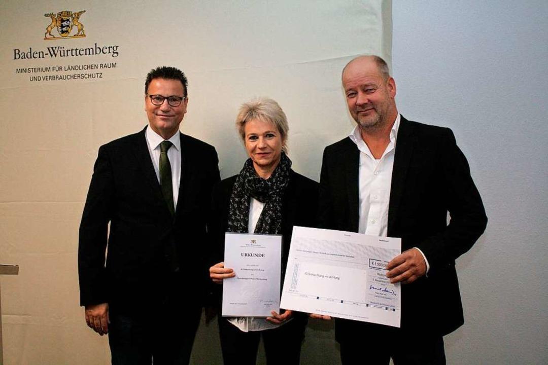 Peter Hauk, Minister für Ländlichen Ra...it dem Tierschutzpreis des Landes aus.  | Foto: MLR
