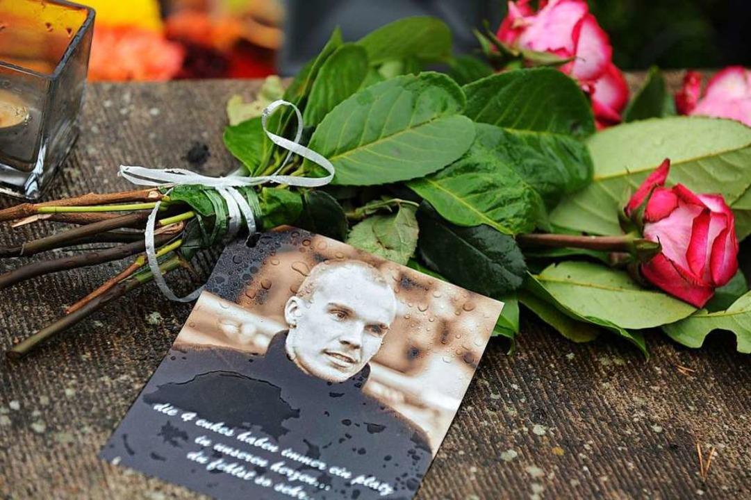 Die Nation war tief bewegt: Ein letzter Blumengruß zum Abschied von Robert Enke  | Foto: Peter Steffen