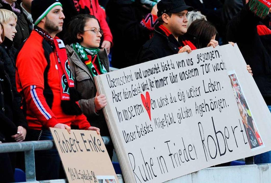 Fans halten am Sonntag (15.11.2009) Tr...hrend der Trauerfeier im Stadion hoch.  | Foto: A3912 Marcus Brandt