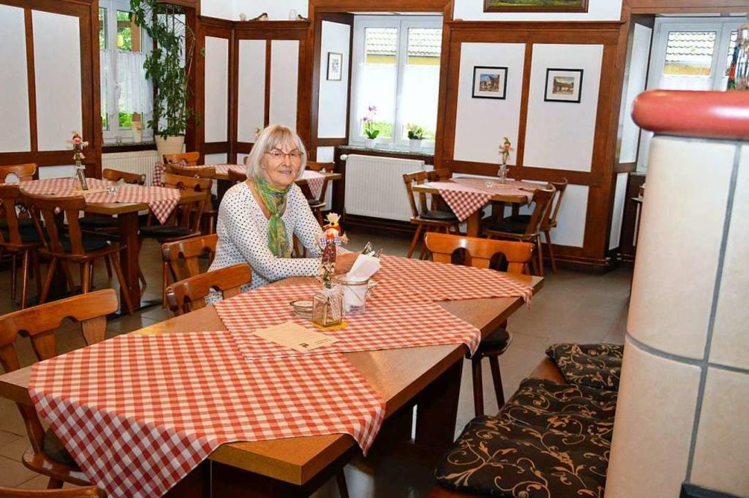 Inhaberin Irmgard Jakobs im gemütlichen Gastraum.  | Foto: Edgar Steinfelder