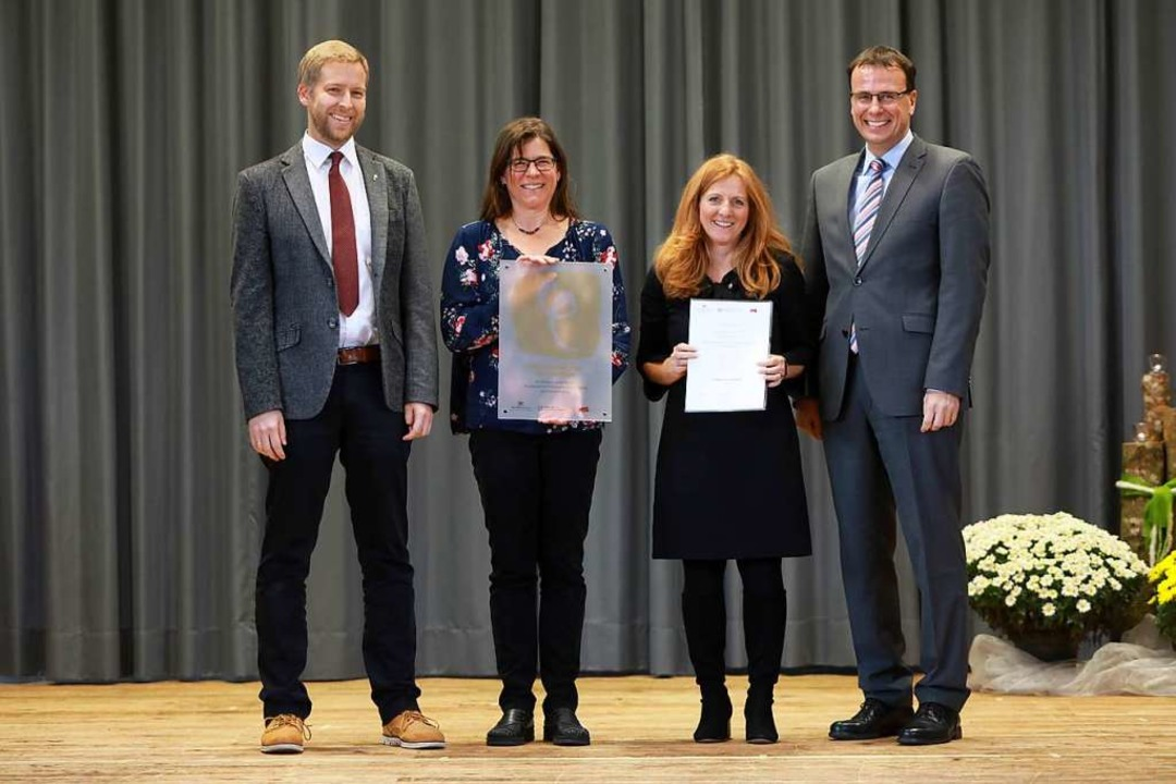 Über die Übergabe der besonderen und e..., Susanne Junker und Volker Schebesta.    Foto: Christoph Breithaupt
