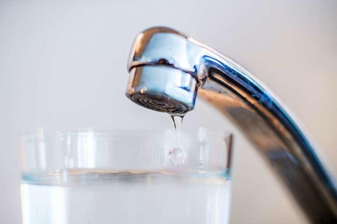 In Simonswald werden die Trinkwasserge...Kubikmeter, also vergleichsweise hoch.    Foto: Lino Mirgeler (dpa)