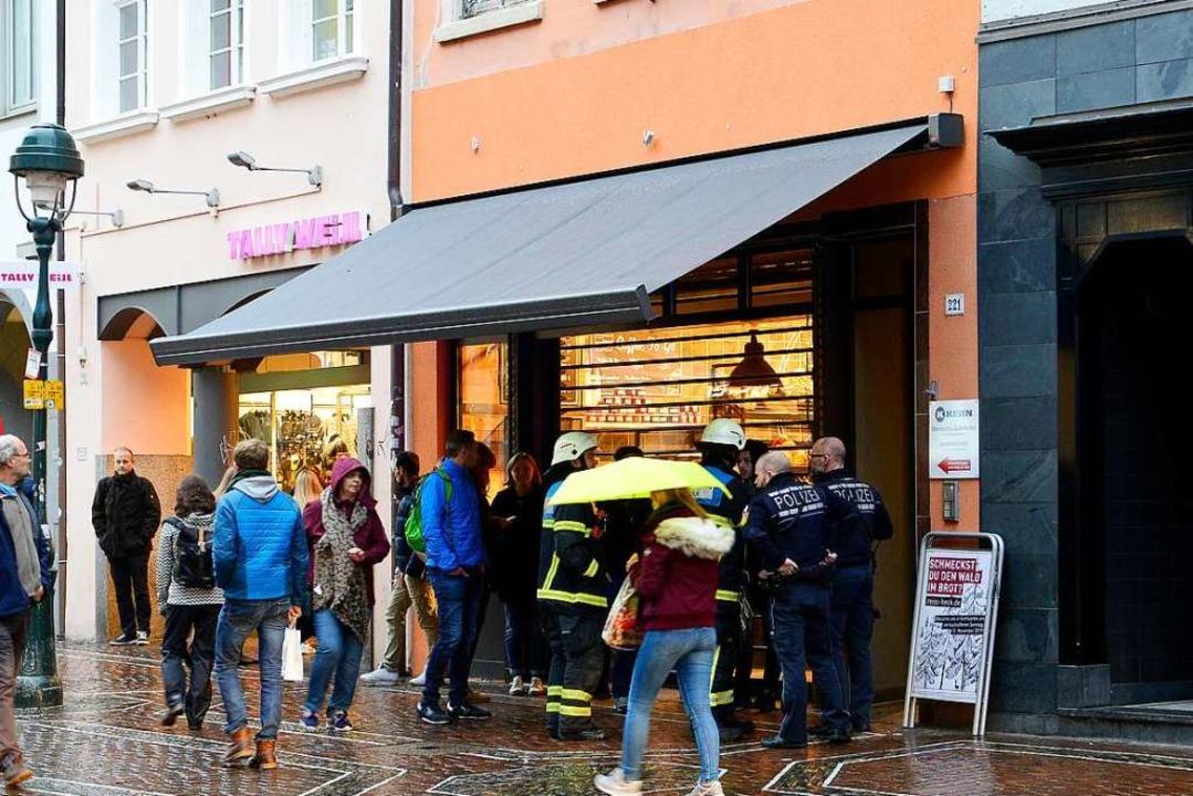 Feuerwehrleute vor der Filiale der Bäckerei.    Foto: Ingo Schneider