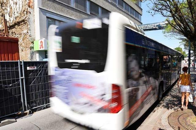 Linienbus muss wegen Peugeot-Fahrer voll bremsen – Verletzte im Bus