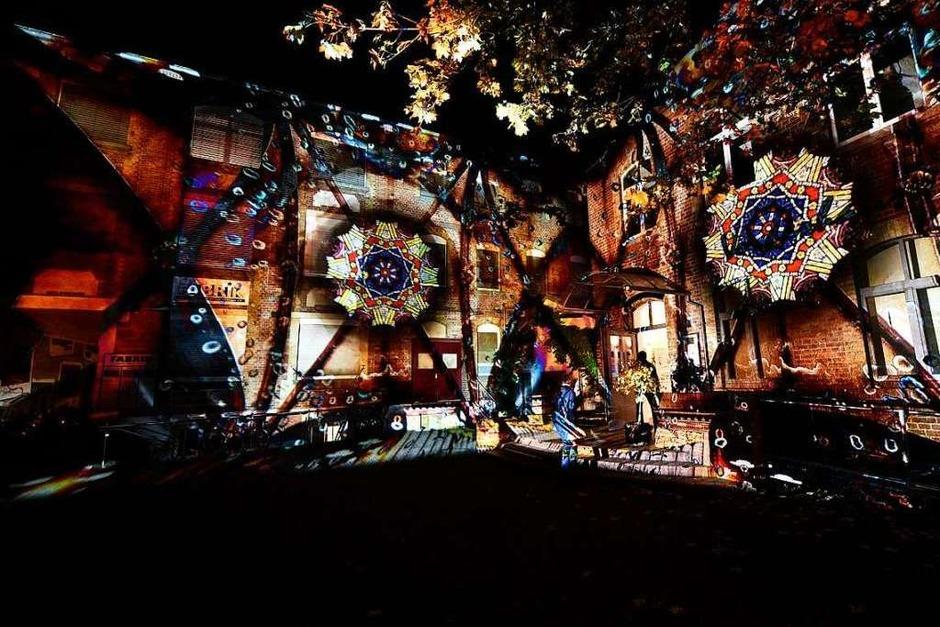Lichtkunst von Tom Groll und Kuno Seltmann an den Wänden der Fabrik in der Habsburgerstraße (Foto: Thomas Kunz)