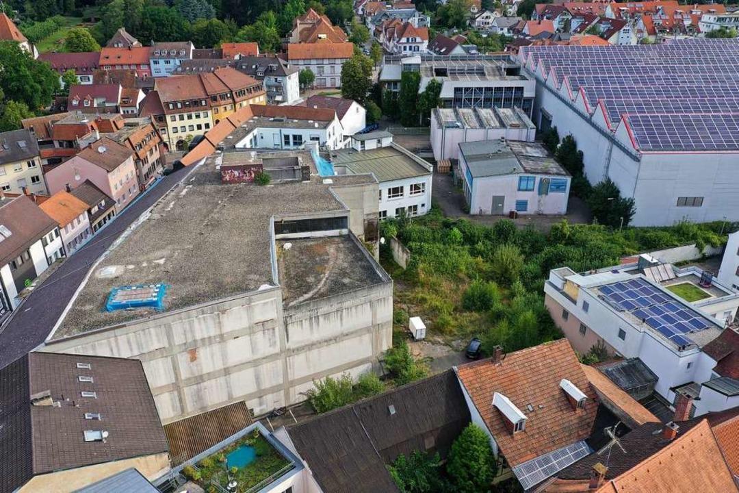 Was passiert hinter dem Kaufhaus-Gebäu...derat soll  jetzt Pflöcke einschlagen.  | Foto: Matthias Weniger