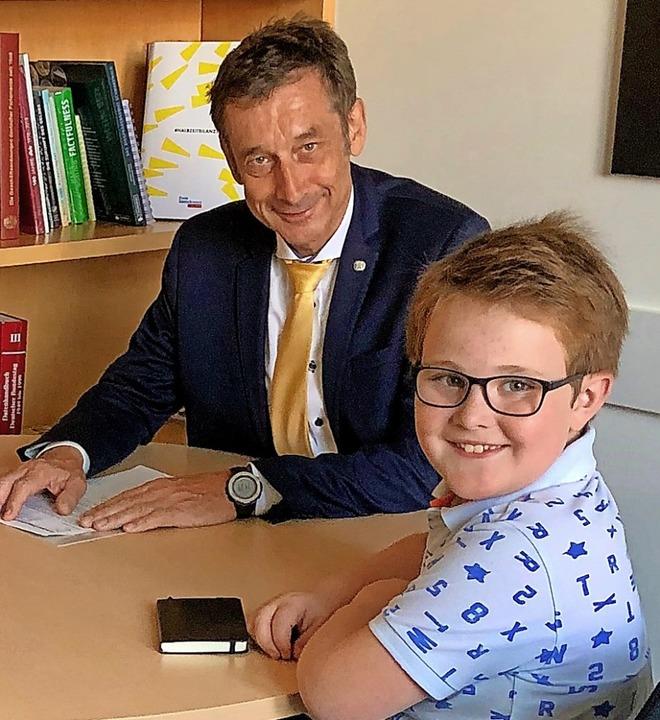 Zisch-Reporter Aaron Weh interviewte Christoph Hoffmann in dessen Berliner Büro.  | Foto: Susanne Weh