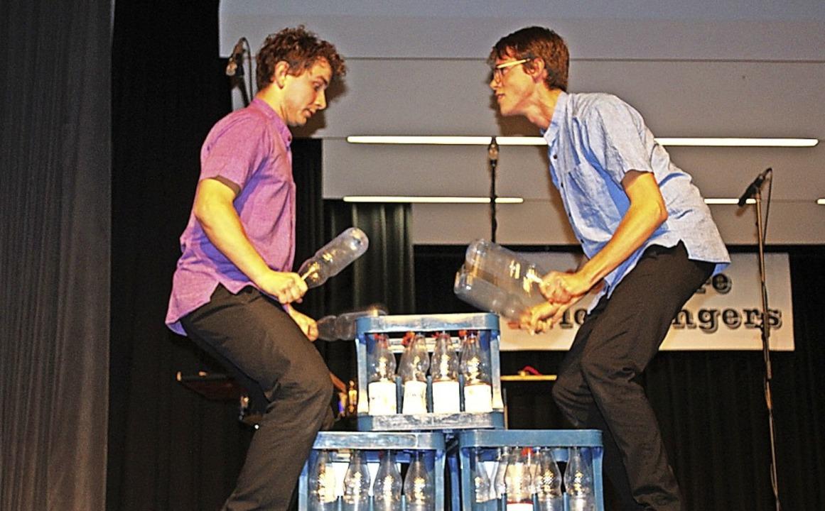 Sebastian Stetter (blaues Hemd) und An... außergewöhnliche Einlage im Programm.  | Foto: Karin Heiß