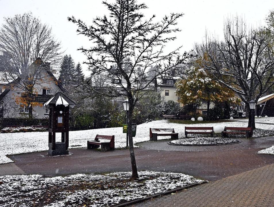 Am Freitag fielen die ersten Schneeflo...eler an den Straßen der Gemeinde ein.   | Foto: Stefan Pichler