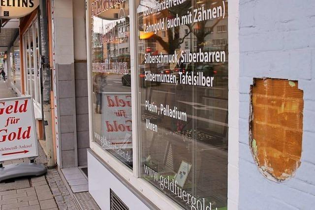 Eigentümer entfernen faschistisches Wappen am Freiburger Friedrichring