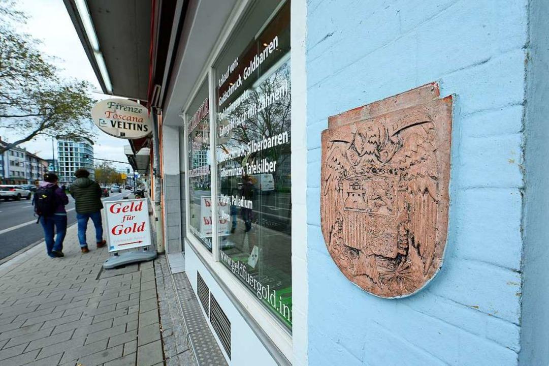 Am Mittwoch hing das Wappen noch am Haus am Friedrichring.  | Foto: Ingo Schneider