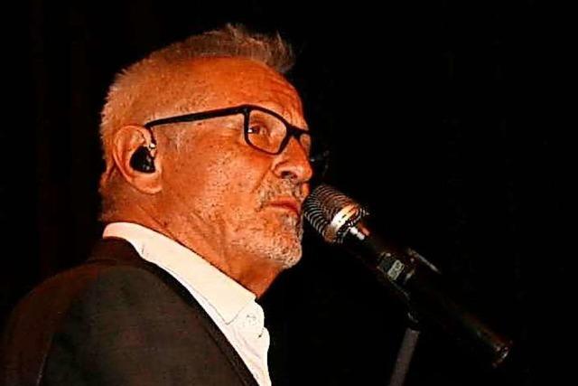 Konstantin Wecker steht in Schopfheim fast drei Stunden lang auf der Bühne
