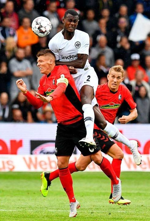 25. August 2018: SC-Kapitän Mike Frant...rsen schaut zu. Der SC verlor mit 0:2.  | Foto: THOMAS KIENZLE