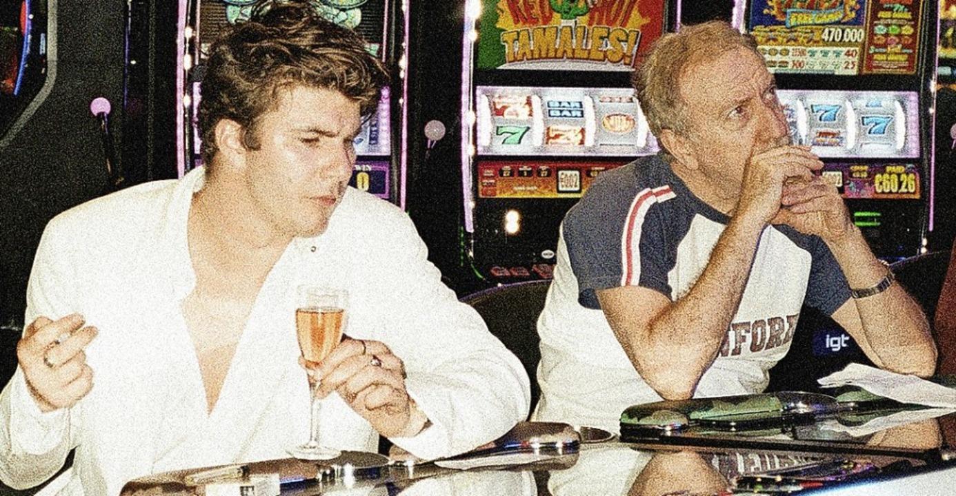 Faber (links): auf ein Glas Champagner in der Spielhalle    Foto: Peter Kaaden