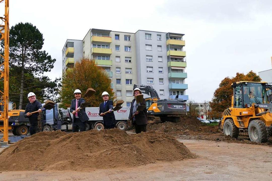 Es geht los: Architekt Külby, OB Klaus...tzen den Spaten an in der Römerstraße.  | Foto: Ingrid Böhm