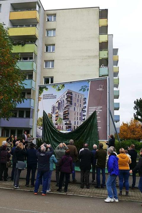 Bewohner des Quartiers zücken die Kame...den kommenden Neubauten enthüllt wird.  | Foto: Ingrid Böhm