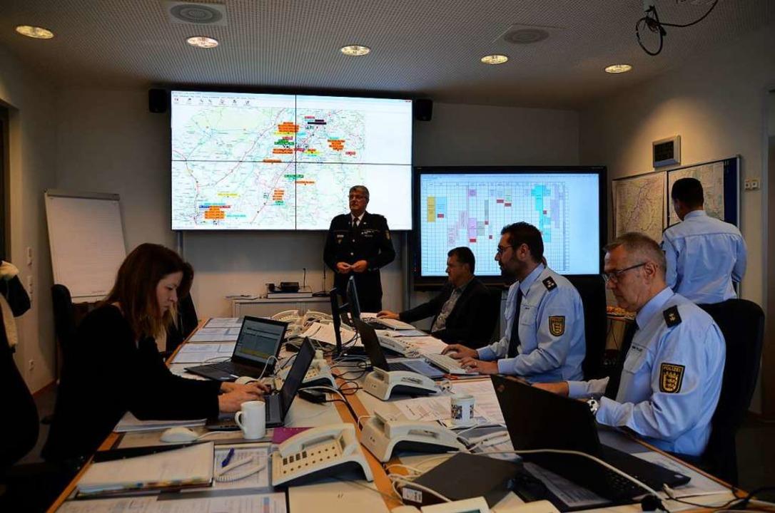 Das Lagezentrums des Polizeipräsidiums...irmen Polizeipräsident Reinhard Renter  | Foto: hrö