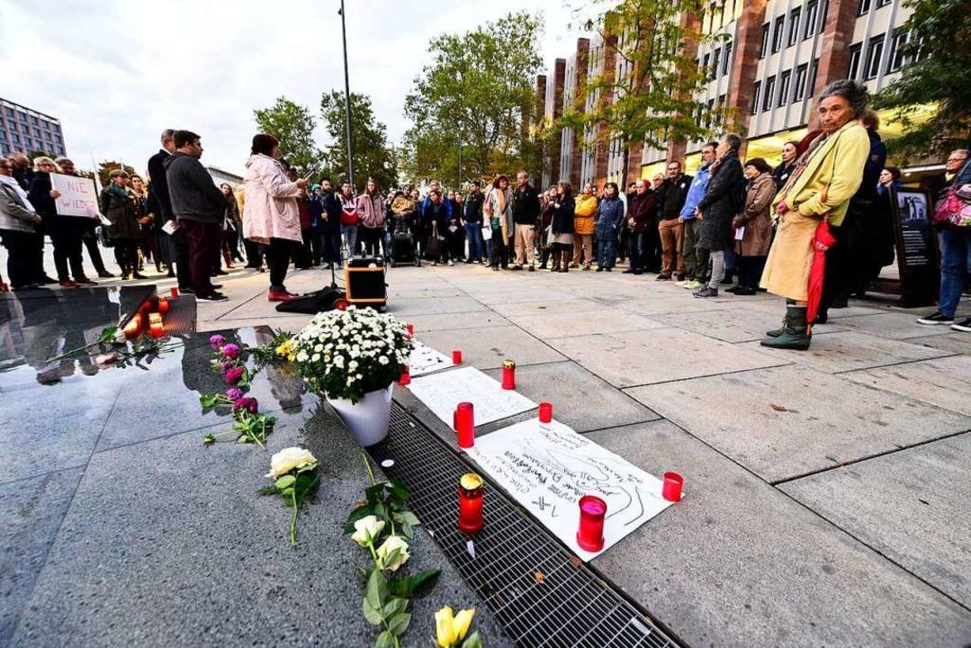 Nach dem Attentat von Halle versammelt...eichen gegen Antisemitismus zu zeigen.  | Foto: Thomas Kunz