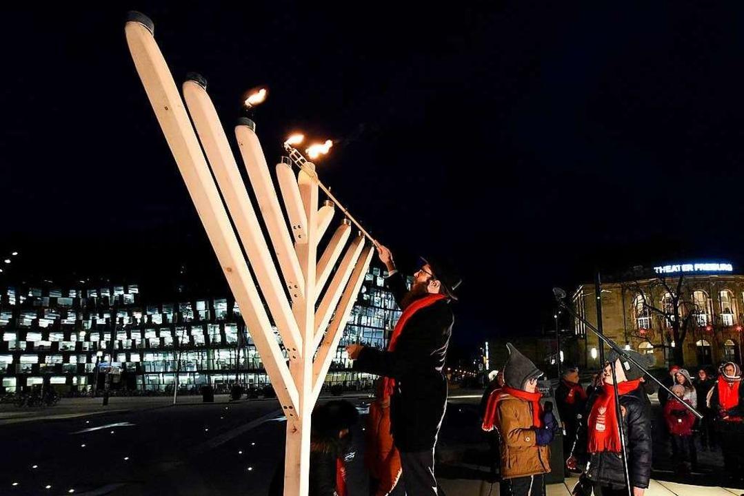 Entzünden der Chanukka-Kerzen auf dem ...ben in Freiburg wird immer sichtbarer.  | Foto: Thomas Kunz