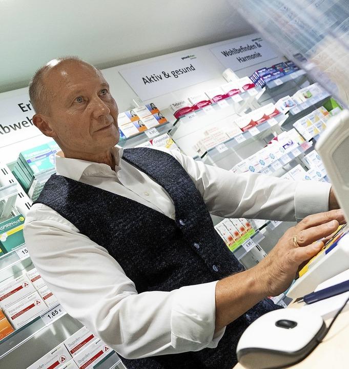 Ein Apotheker kann  E-Rezepte von Patienten am Computer bearbeiten.  | Foto: Gregor Bauernfeind (dpa)