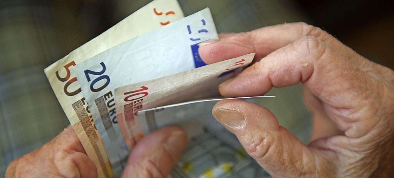 Ein Kompromissvorschlag sieht vor, das...lden, wie viel Einkommen Ältere haben.    Foto: Marijan Murat (dpa)