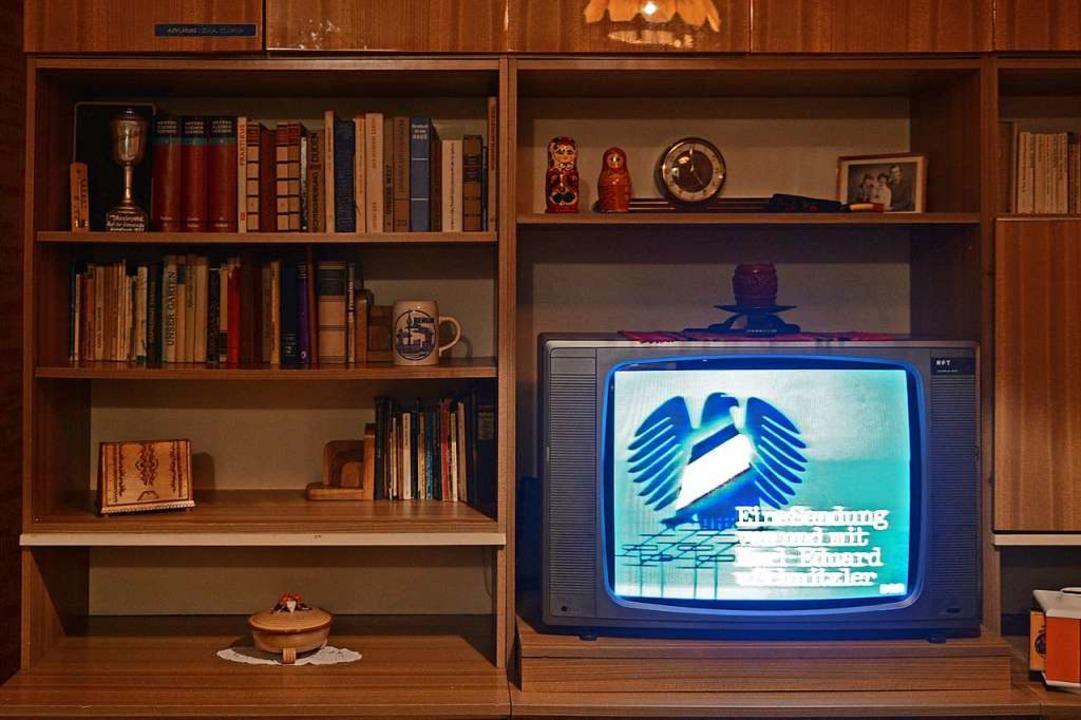 So eine typische DDR-Schrankwand stand...ner. Sie bevorzugten West-Nachrichten.  | Foto: Jens Kalaene (dpa)