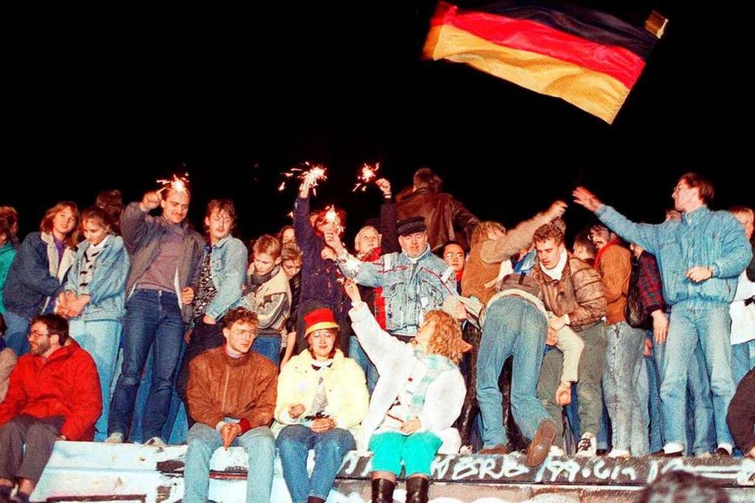 Mit Wunderkerzen in den Händen freuen ...Öffnung der deutsch-deutschen Grenze.   | Foto: DB (dpa)