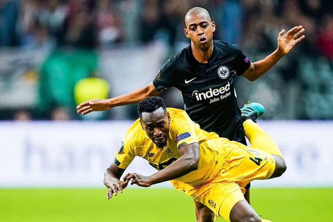 Gelson Fernandes (schwarzes Trikot) im Zweikampf mit Lüttichs Paul-Jose Mpoku.  | Foto: Uwe Anspach (dpa)